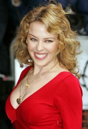 """Kylie Minogue: """"Haayranlarıma kavuşma umuduyla iyileştim""""  Avustralyalı pop yıldızı Kylie Minogue, kanserle yaptığı savaşı sonunda yendi. 2005 yılının Mayıs ayında göğüs kanserine yakalanan ve Paris'te tedavi olan Kylie'nin, 6 aydır gördüğü kemoterapi tedavisi sonunda müjdeli haberi aldı. Minogue, hastalığı yaşadığı bu süreçte umudunu asla kaybetmediğini belirtti. Her şeyin yoluna gireceğini ve hayranlarına kavuşma umuduyla hastalığı yendiğini sözlerine ekliyor."""